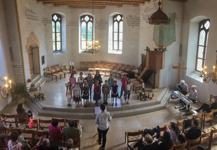 Die Stärnschnuppe-Kinder eröffnen den Pfingstgottesdienst